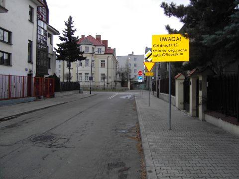 Ulica Chłopickiego, widok w drugą stronę - nowe oznakowanie.