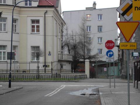 os. Oficerskie, Kraków. Tabliczka T-22 (nie dotyczy rowerów) informuje o kontrapasie (prawie) donikąd.