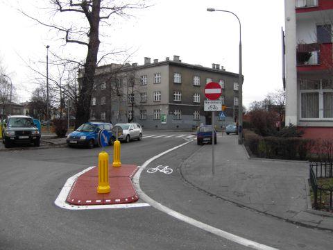 Wyspa z pylonem. os. Oficerskie, Kraków. Zmiana organizacji ruchu dyskryminująca rowerzystów.