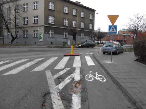 Koniec kontrapasa - włączenie do ruchu w ul. Brodowicza.