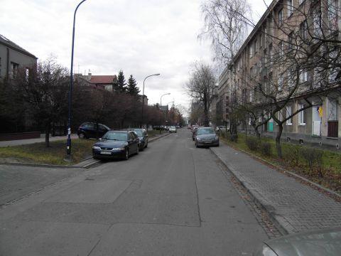ul. Zaleskiego, Kraków. Brak miejsc do parkowania to kultywowany MIT.